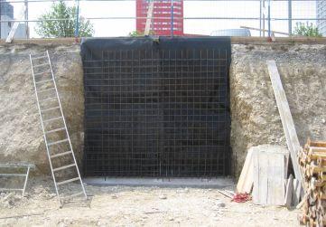 batache con ferralla de muro
