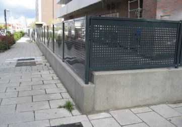 Cerramiento urbanización fachada principal