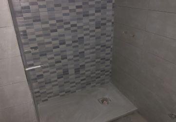 Alicatado y plato de ducha en baño